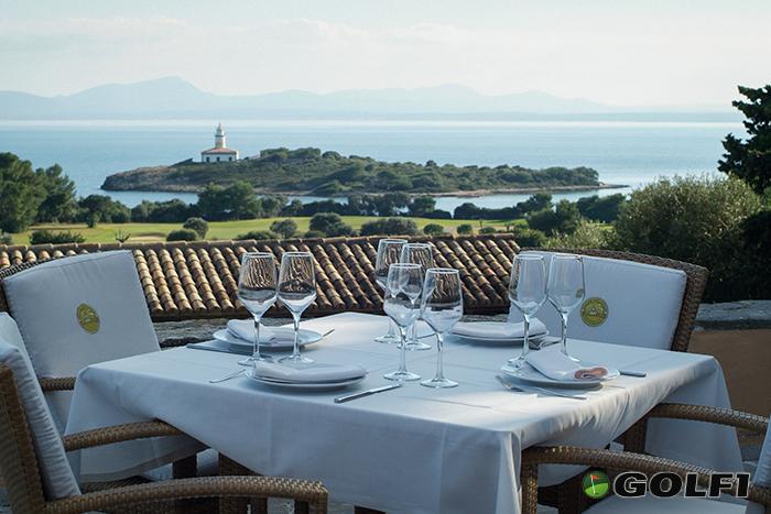 Die Restaurant-Terasse mit Blick auf den Leuchturm</b> © club de golf alcanada