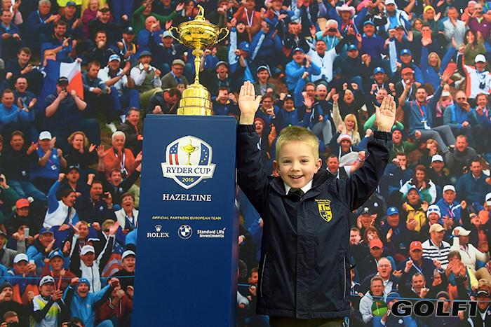 Ganz groß: Erinnerungsfoto mit der Ryder Cup Trophäe © BMW AG