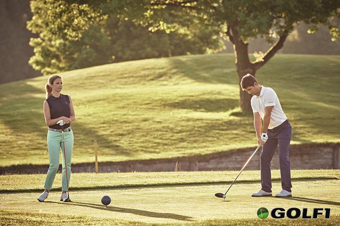 Eine gute Figur beim Abschlag mit ALBERTO Golf und Golfwoman © ALBERTO
