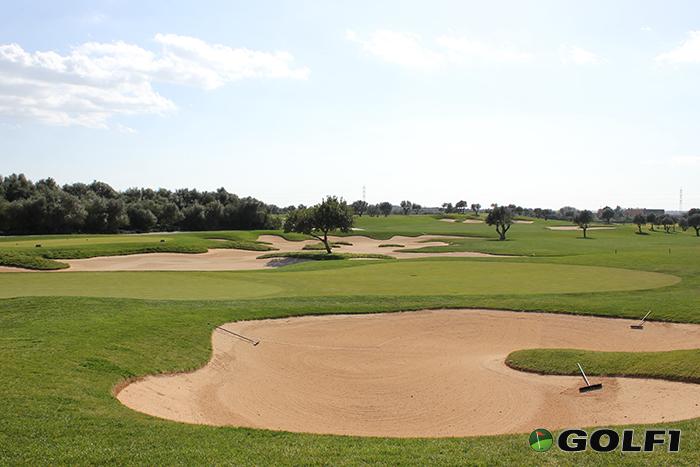 66 Bunker aus 75.000 Tonnen feinsten Sandes befinden sich auf dem Golfplatz © jfx / GOLF1