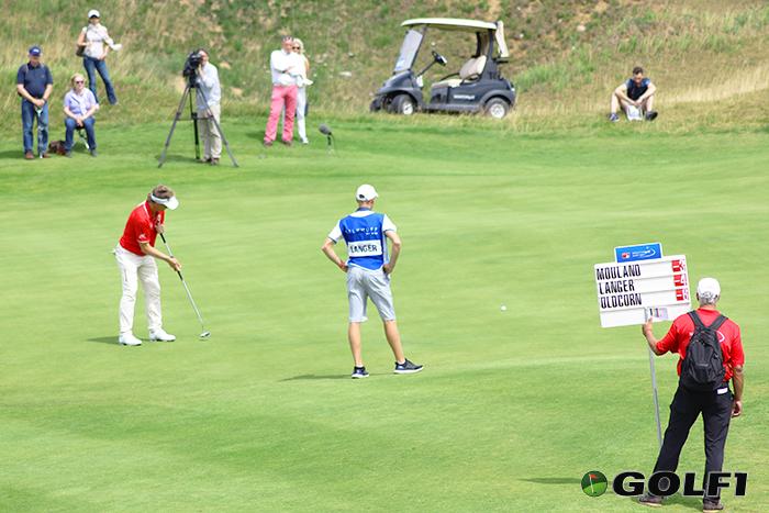 Bernhard Langer beim Putten, Filius Jason schaut zu © jfx / golf1