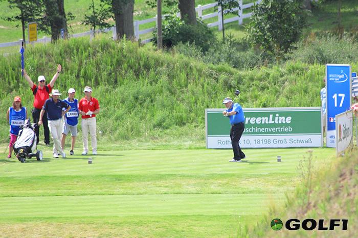 Andrew Oldcorn beim Abschlag an der 17 © jfx / golf1