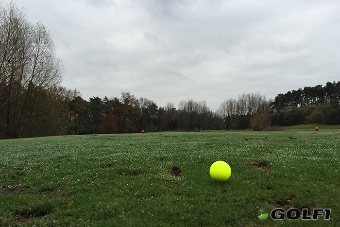Gelber Golfball am Abschlag