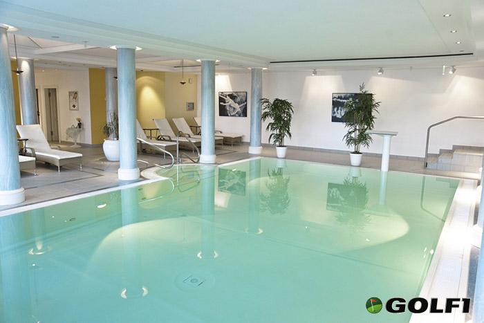 Pool und Wellnessbereich im Hotel Hofgut Georgenthal