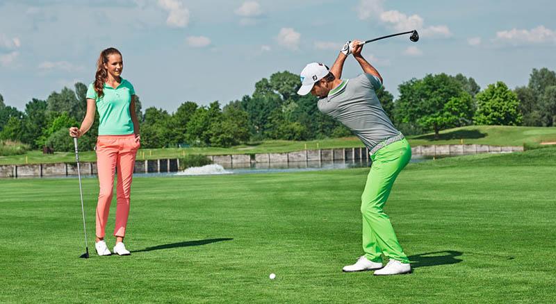 Golferin und Golfer in ALBERTO Golfkleidung